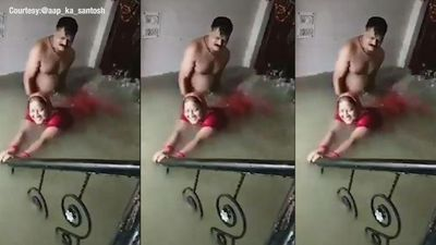 Tranh thủ nước mưa tràn vào nhà, chồng dạy vợ tập bơi