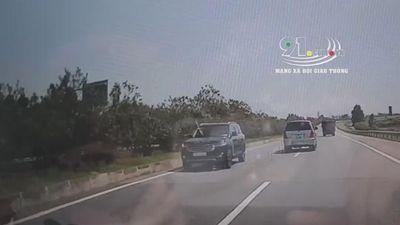 Ô tô liều mạng chạy ngược chiều vun vút trên cao tốc
