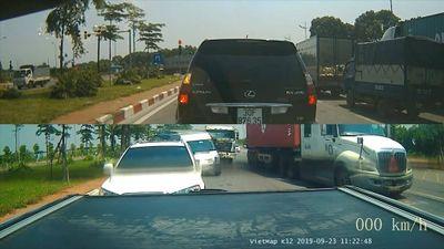 Xe tải 'hóa điên' tông nhiều xế hộp đang chờ đèn đỏ tại Hà Nội