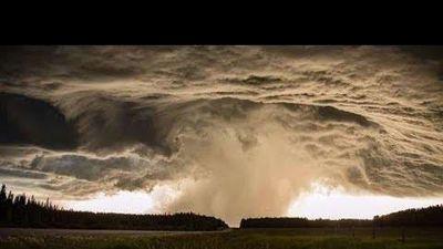 Choáng ngợp với hình ảnh bầu trời trước cơn bão ở Canada