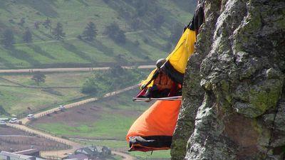 Trải nghiệm cắm trại trên vách núi không dành cho người yếu tim