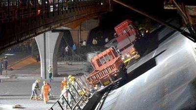 Xe tải chở vượt 115 tấn gây sập cầu ở TQ làm 3 người chết