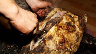 Dê nhồi đá nướng nguyên con - món chống lạnh của người Mông Cổ