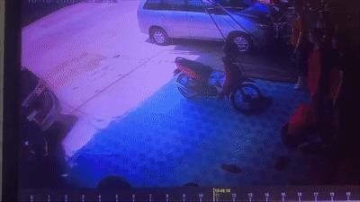 Ôtô lùi thẳng vào nhà dân, người phụ nữ may mắn thoát chết