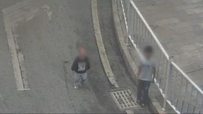 Cậu bé tát em trai 2 tuổi văng vào gầm ôtô đang chạy