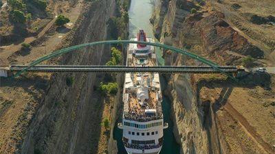 Xem du thuyền khổng lồ vượt kênh đào siêu hẹp