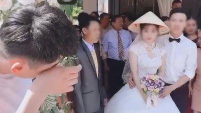 Clip chàng trai gạt lệ khi thấy chú rể ôm bạn gái cũ ở đám cưới