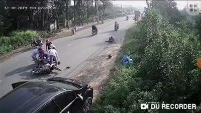 Mở cửa ô tô bất cẩn khiến 2 người suýt chết dưới gầm xe tải