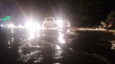 Đà Nẵng ngập sâu sau mưa lớn, tài xế taxi cùng khách đẩy xe chết máy trong đêm