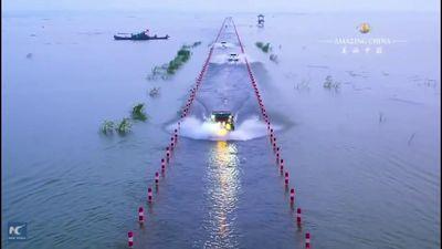 Cận cảnh con đường dưới nước chia đôi hồ nước lớn nhất Trung Quốc