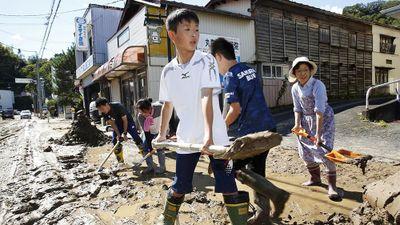 Dân Nhật hối hả dọn dẹp, binh sĩ đẩy mạnh tìm người sống sót hậu bão Hagibis