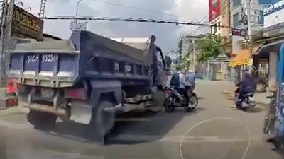 CLIP tài xế xe ben bóp còi inh ỏi, ép xe máy vào lề, suýt gây tai nạn