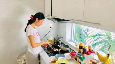Thủy Tiên bất ngờ tự tay vào bếp nấu nồi cháo '50 triệu' cho Công Vinh