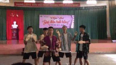 Học sinh mang dép tổ ong nhảy với nhạc 'Tập thể dục buổi sáng'