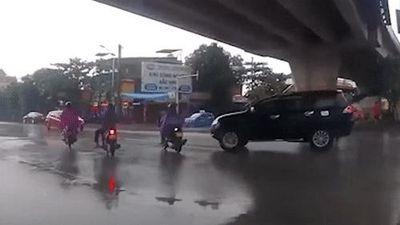 Tài xế lái xe không tập trung, ôtô húc ngã người đi xe máy