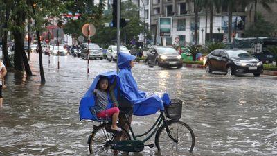 Mưa cực lớn kéo dài ở Nghệ An, đường phố thành 'sông'
