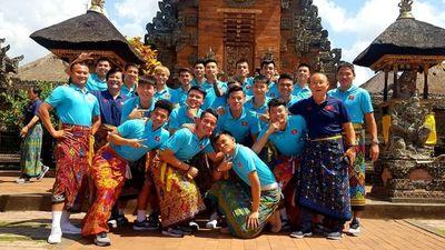 Thầy trò HLV Park Hang-seo rủ nhau mặc váy đi chơi ở Bali sau trận thắng Indonesia