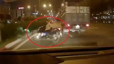 Sang đường ẩu, người phụ nữ đi xe máy đâm thẳng vào xe tải