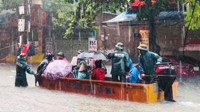 Bộ đội vượt lũ cứu hộ người dân TP Vinh giữa mưa trắng trời