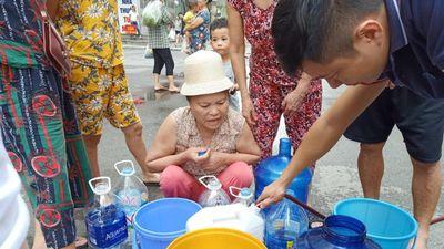 Bộ đội, công an giúp dân Hà Nội thau rửa bể nước nhiễm dầu bẩn