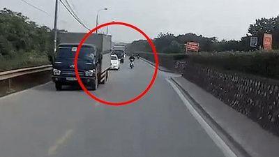 Thanh niên thoát chết khi bóp phanh, tự ngã trước đầu xe ôtô