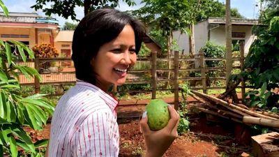 H'Hen Niê về quê xới đất, trồng rau