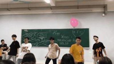 Lớp 19 nữ 108 nam, các chàng trổ tài nhảy để tặng quà 20/10