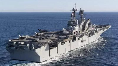 Mỹ đầu tư, 'hô biến' tàu đổ bộ tấn công America thành tàu sân bay