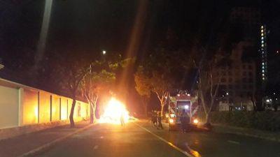 Xe sang cháy ngùn ngụt tại khu nhà giàu Phú Mỹ Hưng lúc nửa đêm