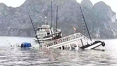 Tàu du lịch chìm trên vịnh Hạ Long