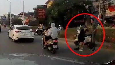 Người đàn ông thẳng tay đánh phụ nữ mang bầu giữa đường
