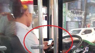 Clip: Hoảng hồn tài xế xe buýt vừa lái xe vừa dùng điện thoại