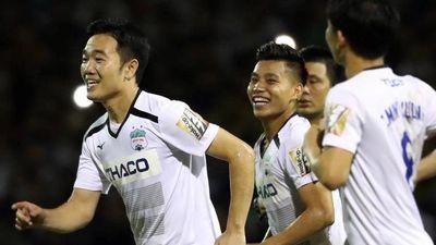 Minh Vương và đồng đội thể hiện kỹ năng đánh đầu ở phòng thay đồ
