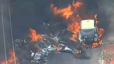 Máy bay rơi trúng hàng loạt ô tô, ít nhất 3 người thiệt mạng