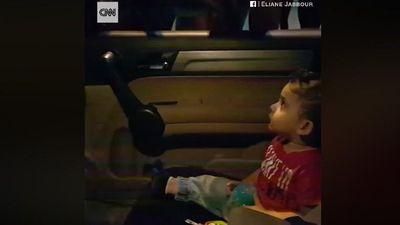 Đáng yêu người biểu tình Lebanon hát 'Baby Shark' an ủi cậu bé sợ hãi
