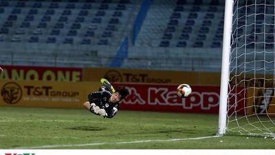 Phí Minh Long xuất thần trong ngày tái xuất V-League