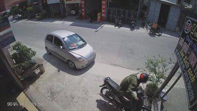 Chuyển hướng đột ngột, tài xế ô tô hạ gục xe máy