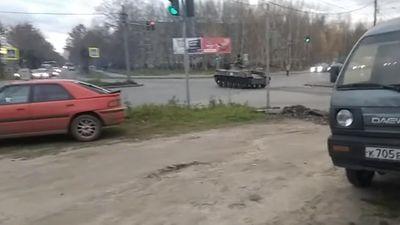Xe thiết giáp đổ bộ vượt đèn đỏ, húc vào ô tô trên giao lộ