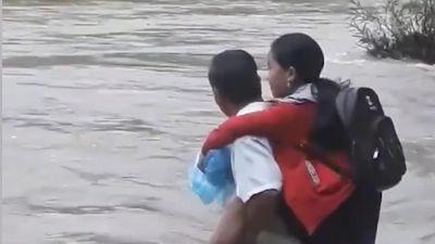 Cha cõng con gái qua dòng nước xiết đi học