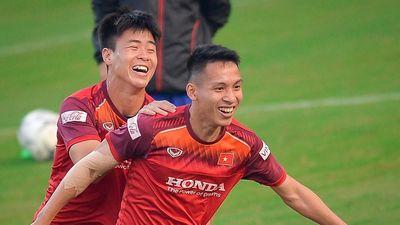 Tuyển Việt Nam chơi đuổi bắt trên sân tập trước trận gặp UAE
