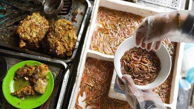 'Món rán giòn và đầy những con sâu' của Hà Nội lên hẳn báo Pháp, mùa này người ta lại ồ ạt rủ nhau đi ăn rồi, bạn đã thử món chả rươi này chưa?