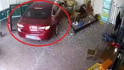 Ôtô mất lái đâm vào người ngồi trong phòng khám