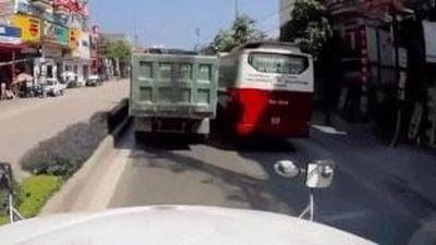 Nam sinh đi xe máy bất chấp nguy hiểm tạt đầu xe container
