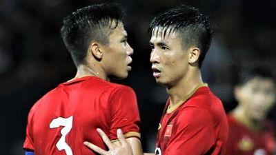 'Hàng phòng ngự đang gánh cả tuyển Việt Nam'