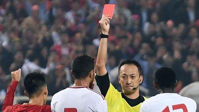 Hậu vệ UAE nhận thẻ đỏ vì phạm lỗi với Tiến Linh