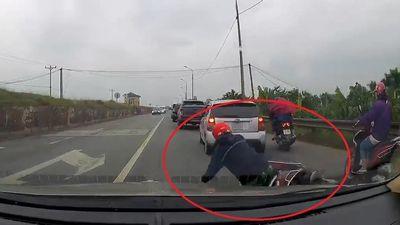 Người phụ nữ đi xe máy tránh ôtô, ngã trước đầu xe