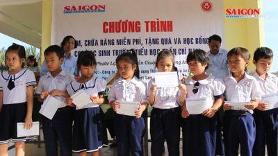 Trao học bổng và khám răng cho học sinh tiểu học vùng xa