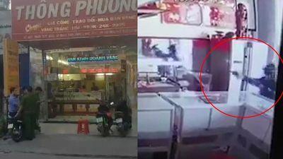 Camera ghi lại hình ảnh 2 kẻ nổ súng cướp tiệm vàng ở Hóc Môn