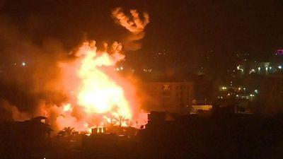 Tên lửa vẫn trút xuống dải Gaza, xe bọc thép của Israel hối hả tiến về biên giới