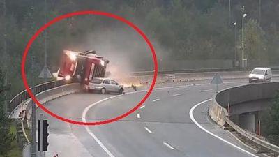 Clip: Khoảnh khắc xe hơi húc xe bồn rơi xuống cầu cạn 20 m